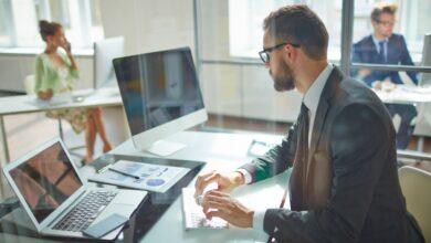 Een mannelijke kantoorinrichting met daarbijbehorend ergonomisch bureau